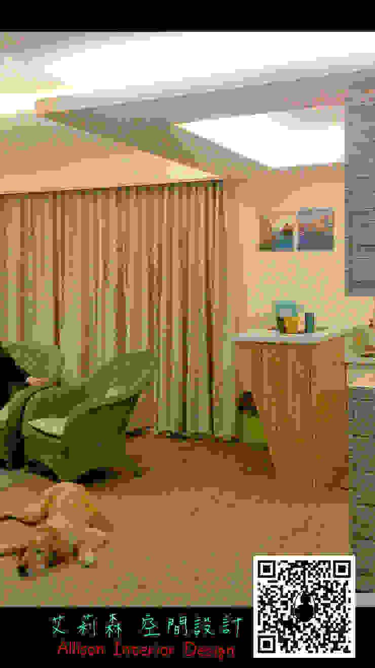 客廳的木質地板讓狗狗也喜歡慵懶地趴在地上休息 by 艾莉森 空間設計 Scandinavian