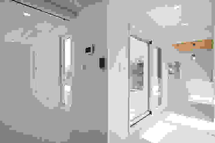 Modern Corridor, Hallway and Staircase by 반디건축디자인 Modern
