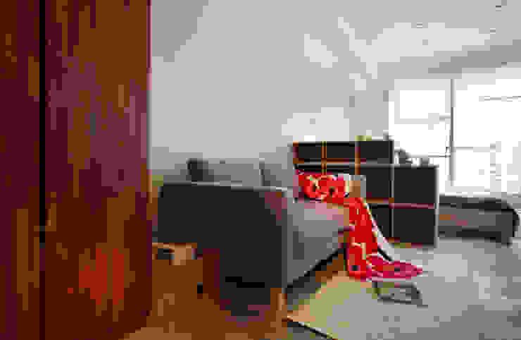 利用櫃子將客廳與睡眠區隔開 根據 弘悅國際室內裝修有限公司 北歐風
