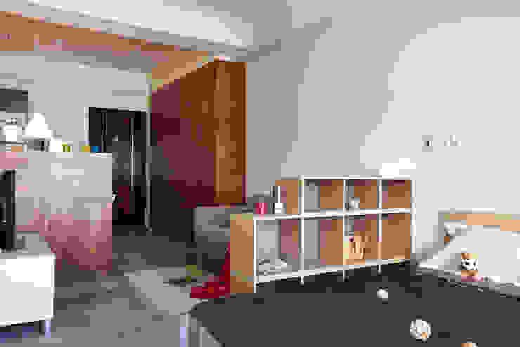 床旁的櫃子可以放置小物品 根據 弘悅國際室內裝修有限公司 北歐風