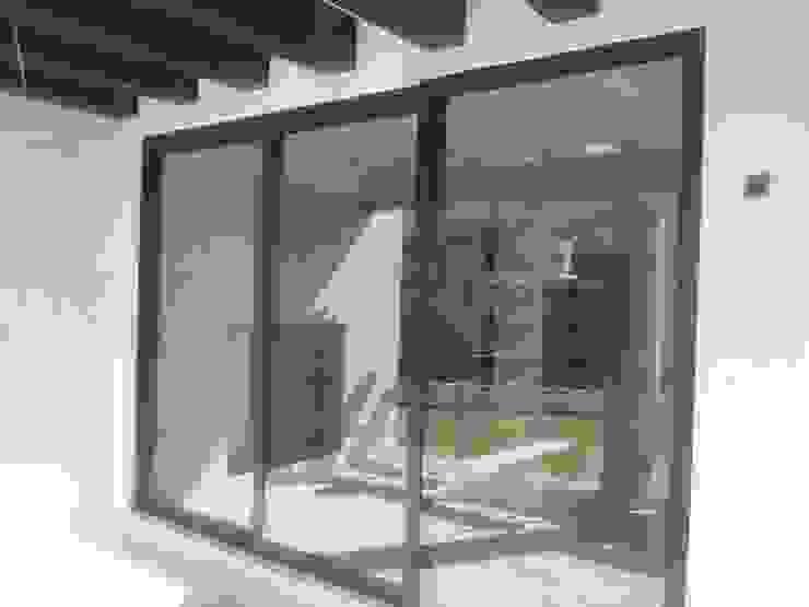 OBRA EN BOSQUE REAL (HUIXQUILUCAN EDO. MEX.) EURO WINDOWS Puertas y ventanas modernas Aluminio/Cinc