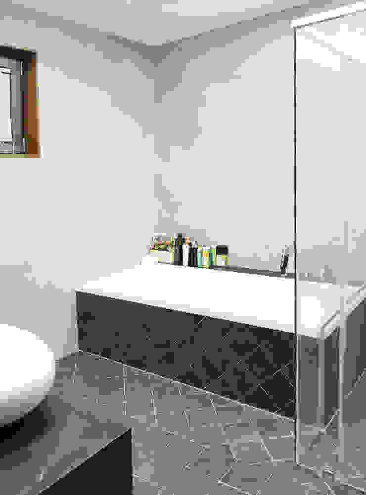 1층 욕실 모던스타일 욕실 by 호림건축사사무소 모던