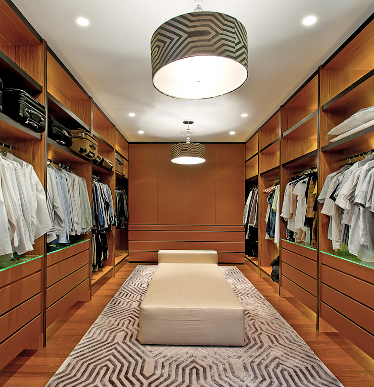 Walk-in Closet by Design Intervention Classic style dressing room by Design Intervention Classic
