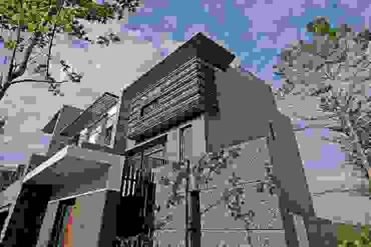 明亮的建築牆面:  別墅 by 大桓設計顧問有限公司