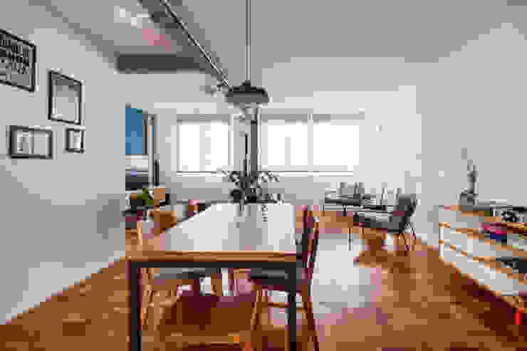 Столовая комната в стиле минимализм от INÁ Arquitetura Минимализм Дерево Эффект древесины