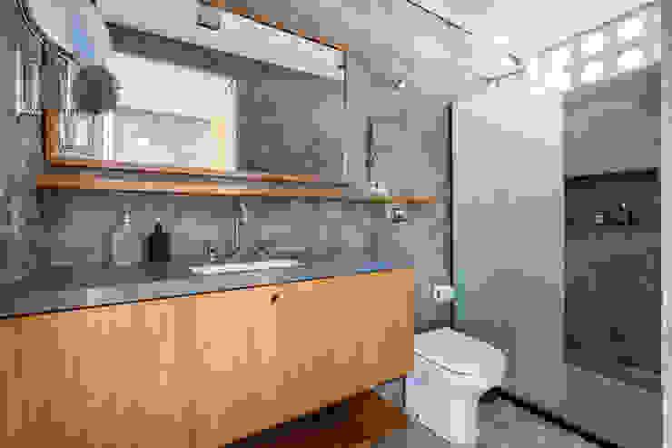 Ванная комната в рустикальном стиле от INÁ Arquitetura Рустикальный Бетон