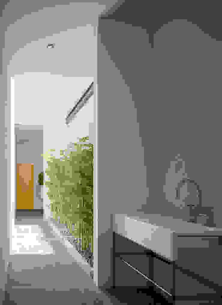 SERVICE HALL Pasillos, vestíbulos y escaleras de estilo minimalista de Studio17-Arquitectura Minimalista