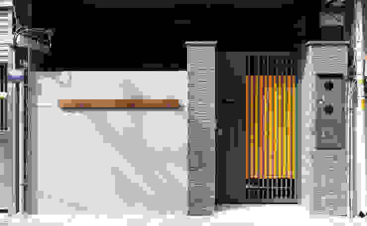 老屋翻新 巷‧日閣 | 正門外觀 根據 有隅空間規劃所 日式風、東方風