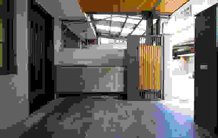 老屋翻新 巷‧日閣 | 前院 亞洲風玄關、階梯與走廊 根據 有隅空間規劃所 日式風、東方風
