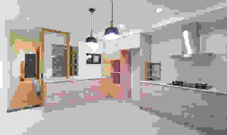 老屋翻新 巷‧日閣 | 1F廚房 根據 有隅空間規劃所 日式風、東方風