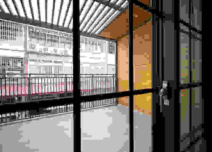 老屋翻新 巷‧日閣 | 2F主臥露臺 Asian style balcony, porch & terrace by 有隅空間規劃所 Asian