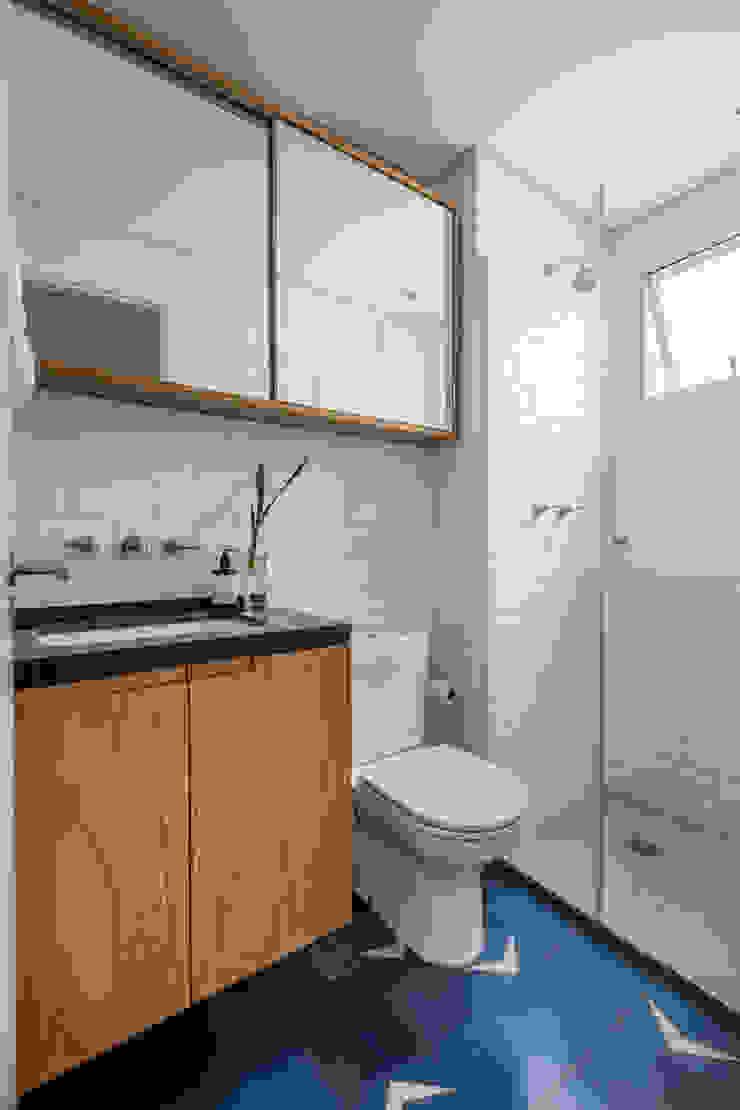 Banheiro com piso de ladrilho azul Minimalist style bathroom by INÁ Arquitetura Minimalist