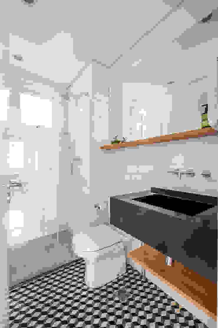 Banheiro social Minimalist style bathroom by INÁ Arquitetura Minimalist