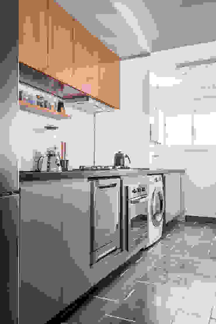 Cozinha e área de serviço em bancada única by INÁ Arquitetura Minimalist