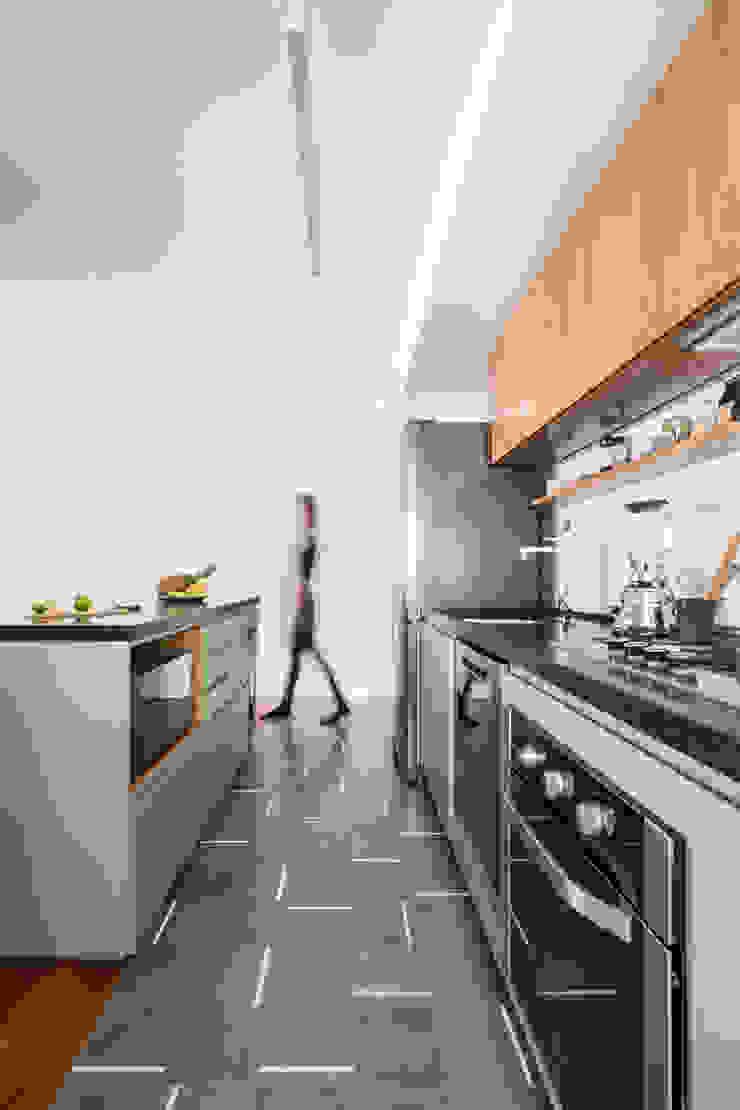 Cozinha otimizada com ilha by INÁ Arquitetura Minimalist