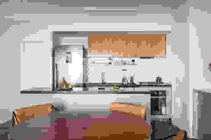 Cozinha otimizada com ilha Minimalist dining room by INÁ Arquitetura Minimalist