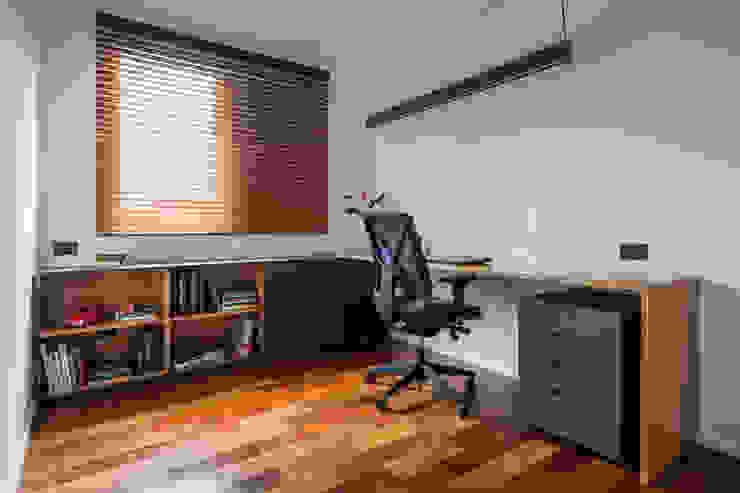 Escritório prático no quarto extra by INÁ Arquitetura Minimalist