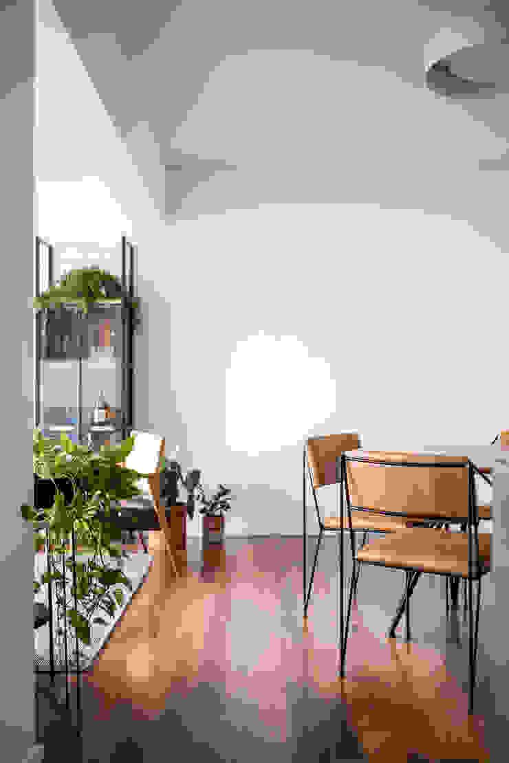 Sala e sala de jantar integrados Minimalist dining room by INÁ Arquitetura Minimalist