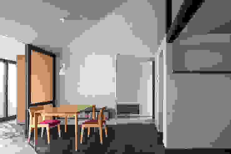 Comedores minimalistas de 遠藤誠建築設計事務所(MAKOTO ENDO ARCHITECTS) Minimalista