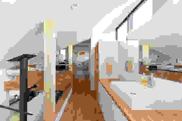 遠藤誠建築設計事務所(MAKOTO ENDO ARCHITECTS) 스칸디나비아 복도, 현관 & 계단 화이트
