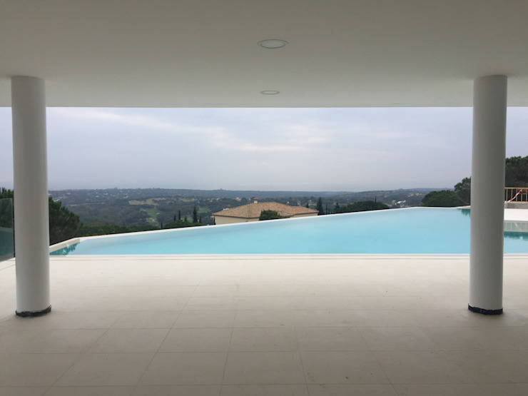 Vista desde porche Piletas modernas: Ideas, imágenes y decoración de ARKUM Moderno