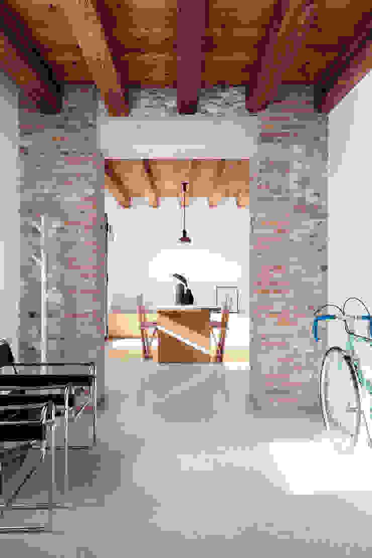 Didonè Comacchio Architects Minimalistischer Flur, Diele & Treppenhaus