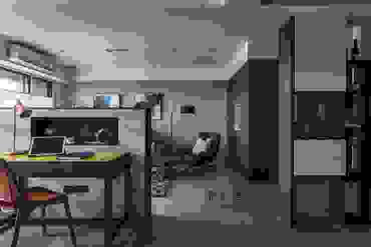 Moderne gangen, hallen & trappenhuizen van 鼎士達室內裝修企劃 Modern Kalksteen