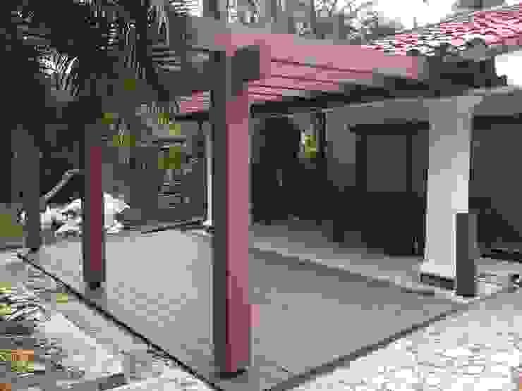 Pérgola Y Deck para zona BBQ Balcones y terrazas de estilo tropical de Madera Plástica Colombia Ecológica SAS Tropical