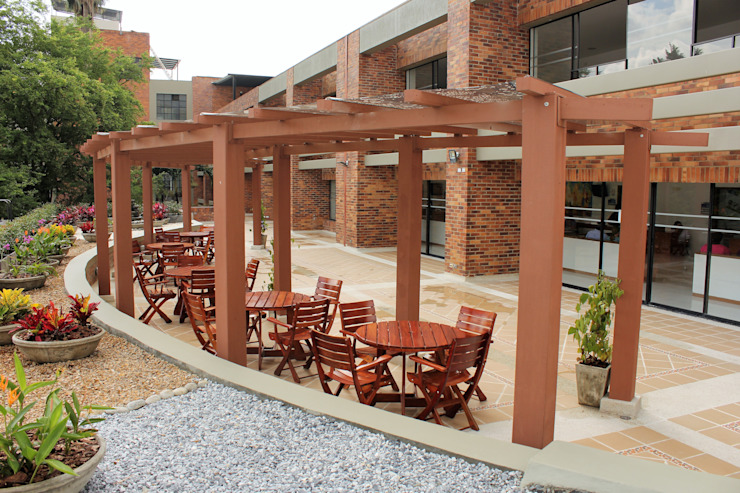 Pérgola para Restaurante Balcones y terrazas de estilo tropical de Madera Plástica Colombia Ecológica SAS Tropical