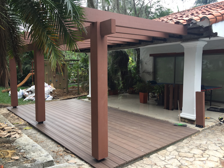 Pergola y Deck para exteriores Balcones y terrazas de estilo tropical de Madera Plástica Colombia Ecológica SAS Tropical