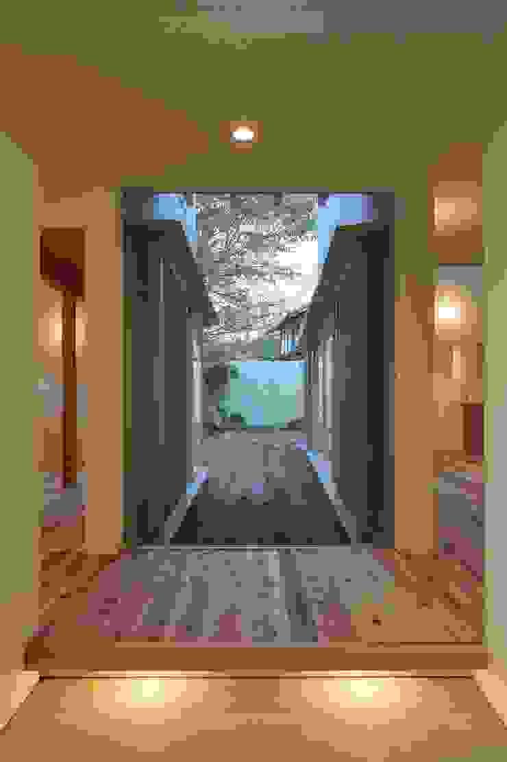 WADAGUMI Modern Corridor, Hallway and Staircase Solid Wood White