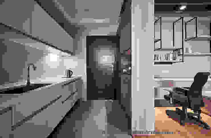 玄關&廚房 Hi+Design/Interior.Architecture. 寰邑空間設計 隨意取材風玄關、階梯與走廊 木頭