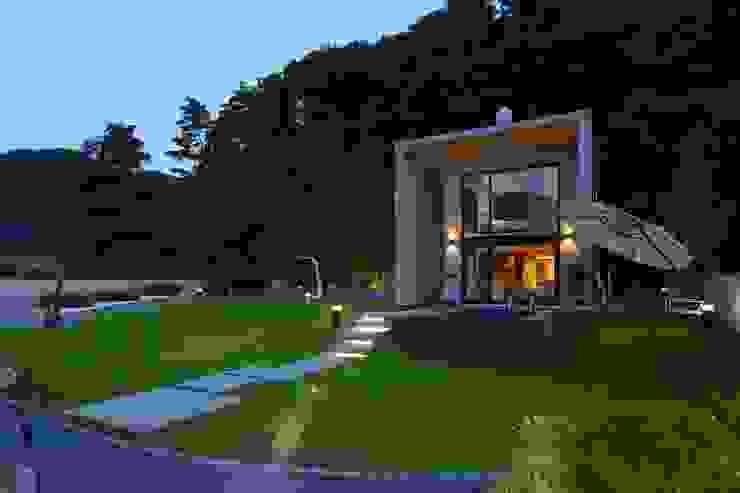 양평에 위치한 세컨하우스 개념의 콘크리트주택 by 한글주택(주) 모던