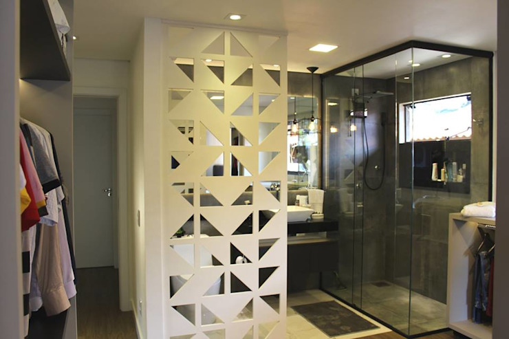 Banheiro e closet integrados Cláudia Legonde Banheiros modernos MDF Cinza
