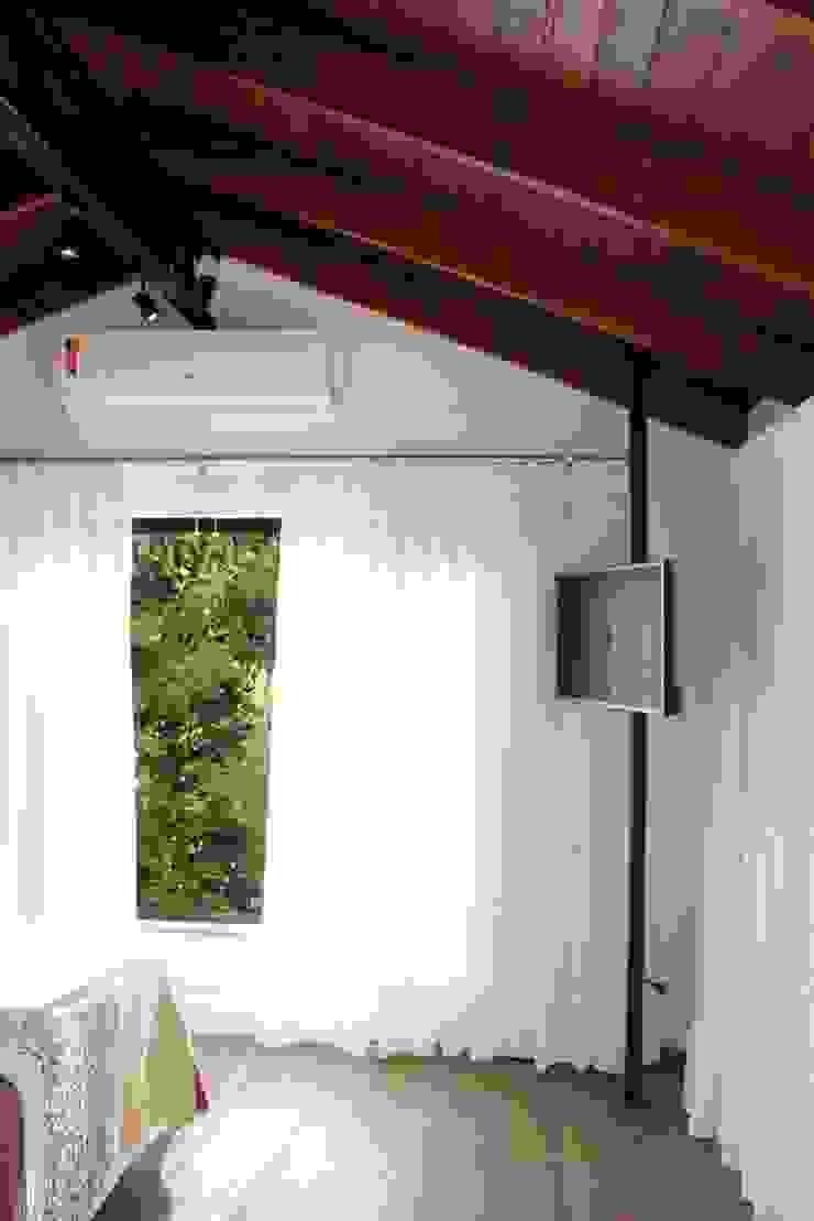 Dormitório suíte Quartos modernos por Cláudia Legonde Moderno Madeira Efeito de madeira