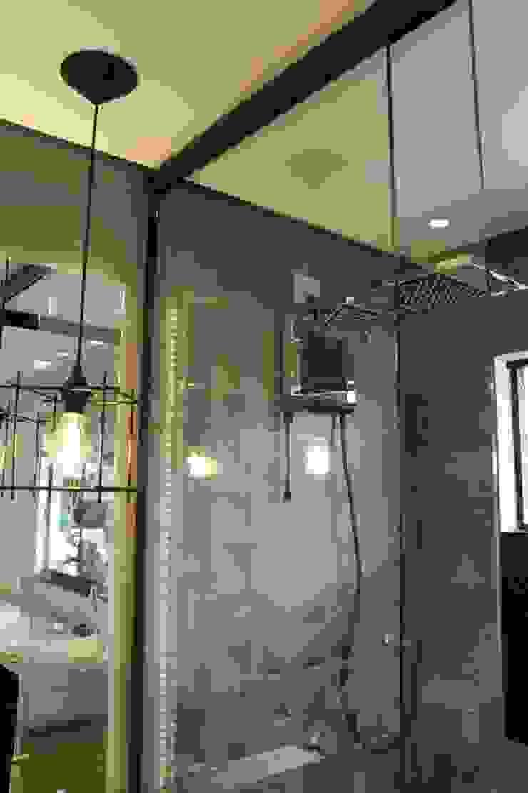 Banheiro Banheiros modernos por Cláudia Legonde Moderno Vidro
