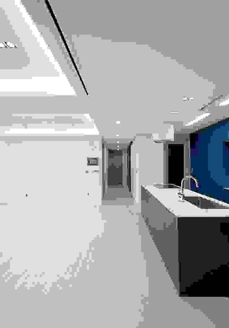 Moderne gangen, hallen & trappenhuizen van 디자인 아버 Modern