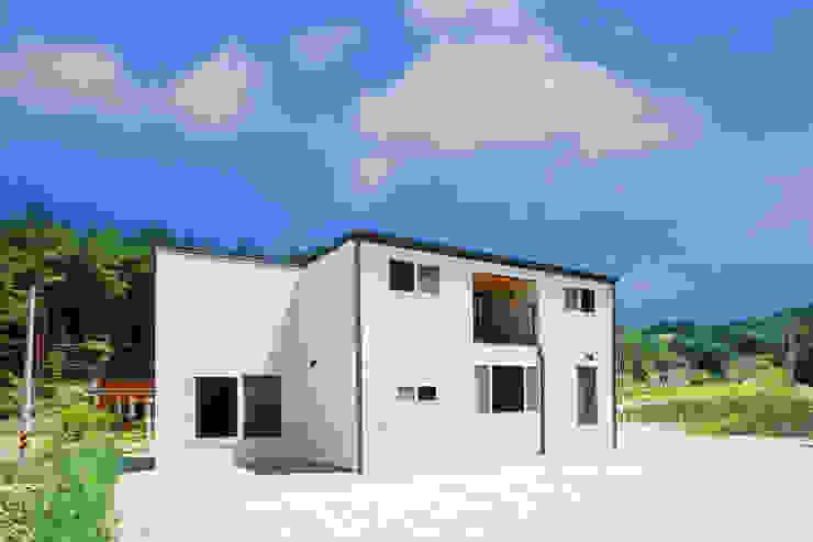 센스있는 심플함, 예쁜전원주택으로 by 공간제작소(주) 모던 세라믹