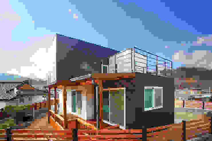 도심을 벗어난 아름다운 전원주택 by 공간제작소(주) 모던 세라믹
