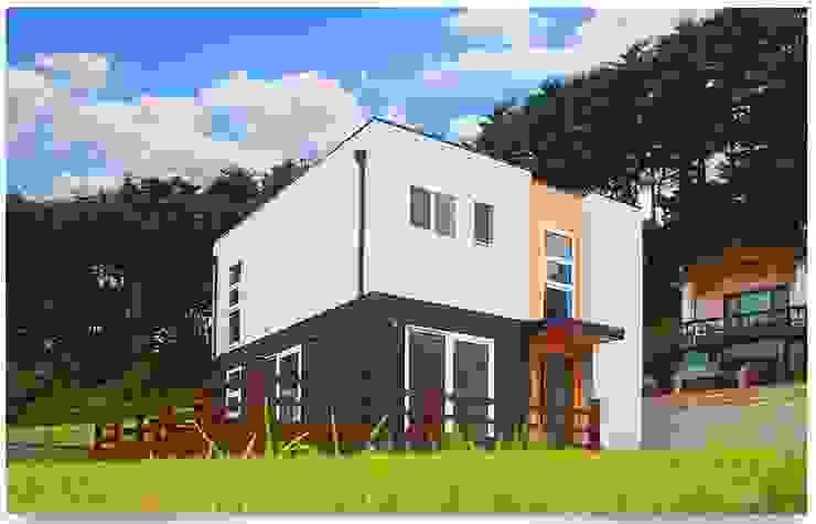 평화로운 마을과 조화를 이루는 전원주택 모던스타일 주택 by 공간제작소(주) 모던