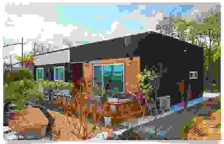 목조의 모던함을 보여주는 전원주택 모던스타일 주택 by 공간제작소(주) 모던