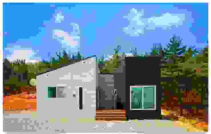 거실 창에 바다를 담은 언덕 위의 전원주택 모던스타일 주택 by 공간제작소(주) 모던