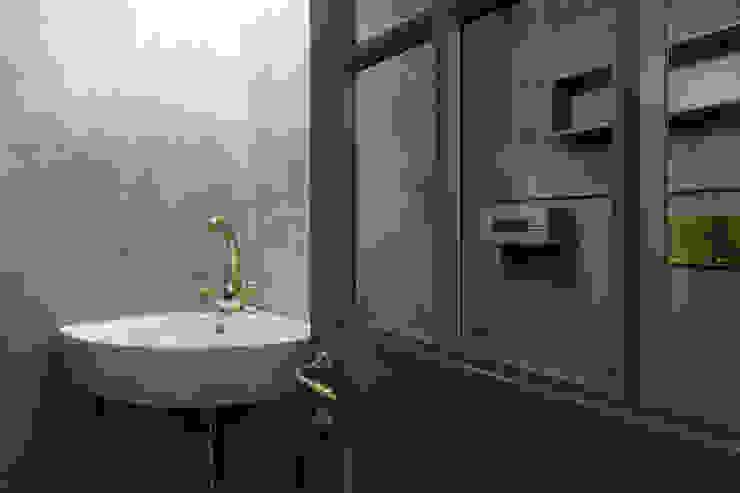 Dettagli dorati per lo spazio wc Idearredobagno.it Bagno in stile classico Rame / Bronzo / Ottone Ambra/Oro