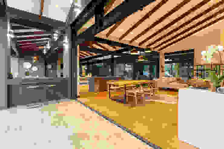 Balcones y terrazas modernos: Ideas, imágenes y decoración de Hugo Hamity Architects Moderno