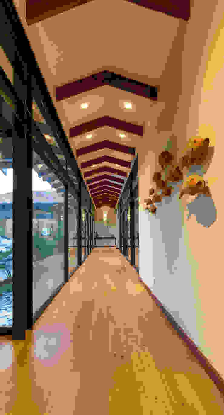 Pasillos, vestíbulos y escaleras modernos de Hugo Hamity Architects Moderno