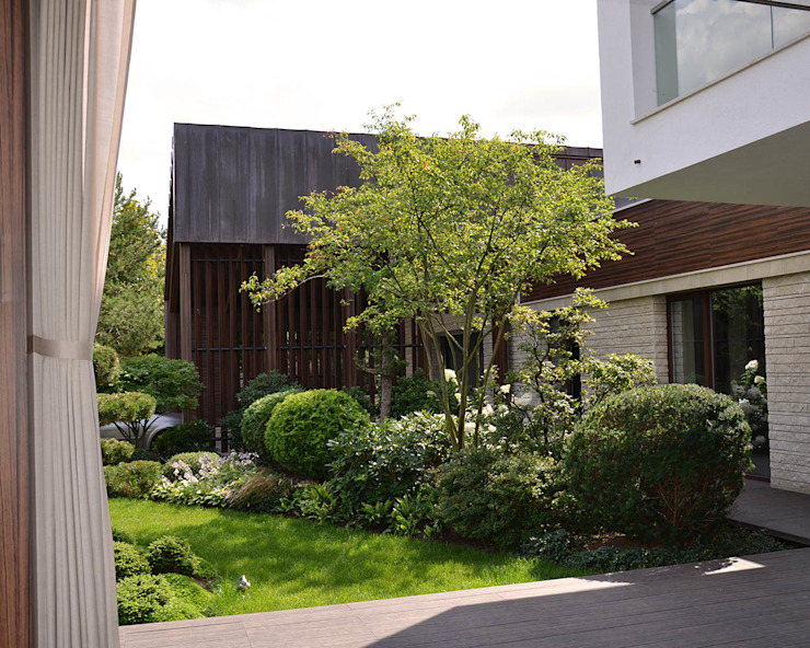 Вилла с садом в стиле модерн. КП Бенелюкс. 2012 г Гараж в стиле модерн от ARCADIA GARDEN Landscape Studio Модерн