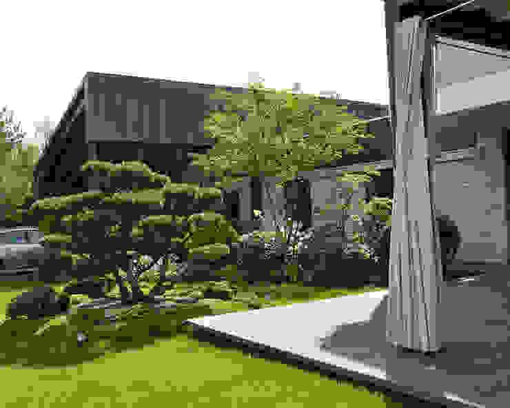 Front garden by ARCADIA GARDEN Landscape Studio