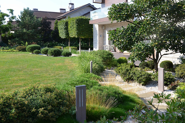 Вилла с садом в стиле модерн. КП Бенелюкс. 2012 г Балкон и терраса в стиле модерн от ARCADIA GARDEN Landscape Studio Модерн