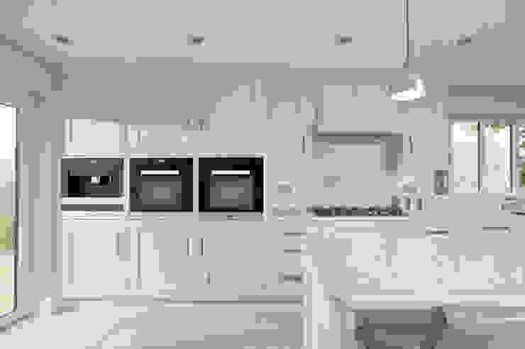 Bright and fresh kitchen in Hertfordshire by John Ladbury and Company par John Ladbury and Company Moderne