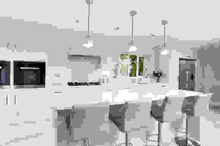 Fresh and bright bespoke kitchen by John Ladbury par John Ladbury and Company Moderne